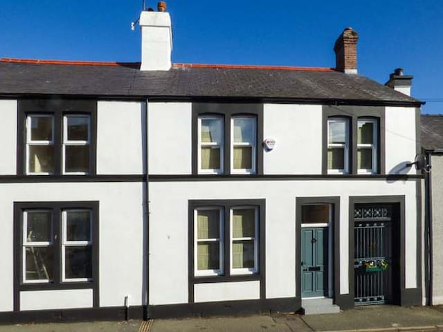 COBBLERS COTTAGE, family friendly in Beaumaris, Ref 930035
