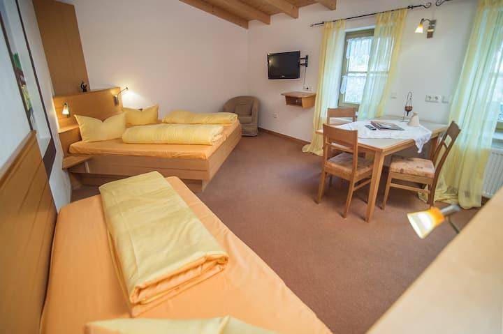 Gutshof Colmberg (Colmberg), Dreibettzimmer mit kostenfreiem WLAN und Fernseher