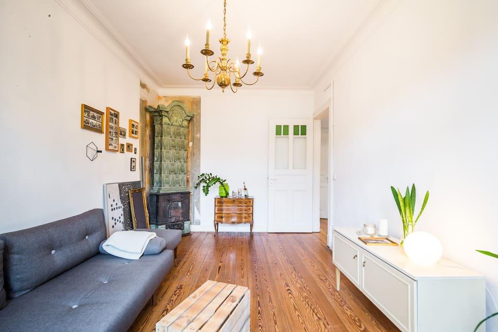 Wohnzimmer mit Balkon und Schlafsofa