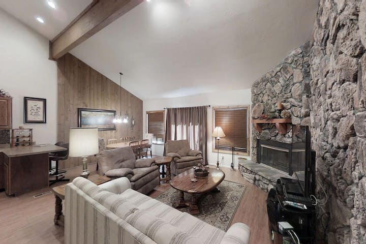 Dog-friendly condo w/fireplace & entertainment -close to ski, lakes