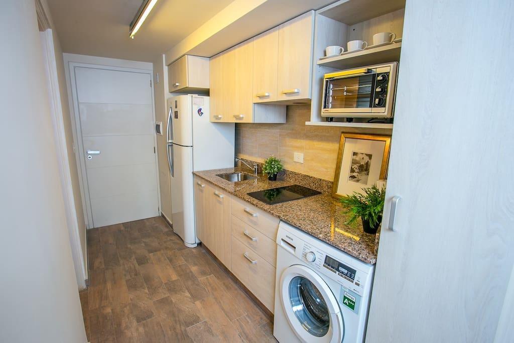 Cocina con freezer y lavasecarropa horno eléctrico