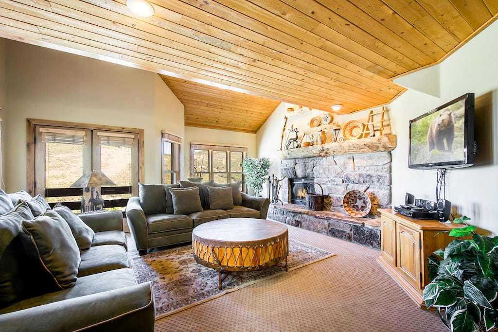 Family room with HDTV and large balcony with mountain views.