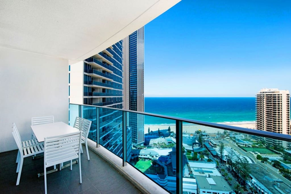 Large balcony with wonderfu oceanview. Very comfortable and relaxing to sitting here 超大无敌海景阳台,可休闲观景