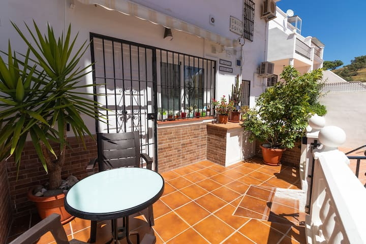 Bright studio, Shared pool, Close to beach, WiFi .