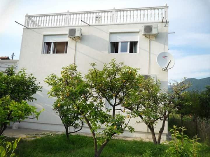 Сдается этаж дома с бассейном в Баре, Черногория