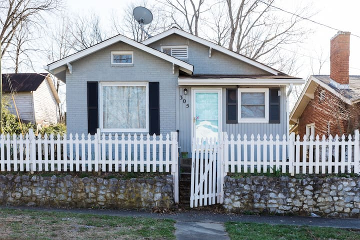 Cozy Mid-Century Cottage ✯ King Bed 3bed/1bath