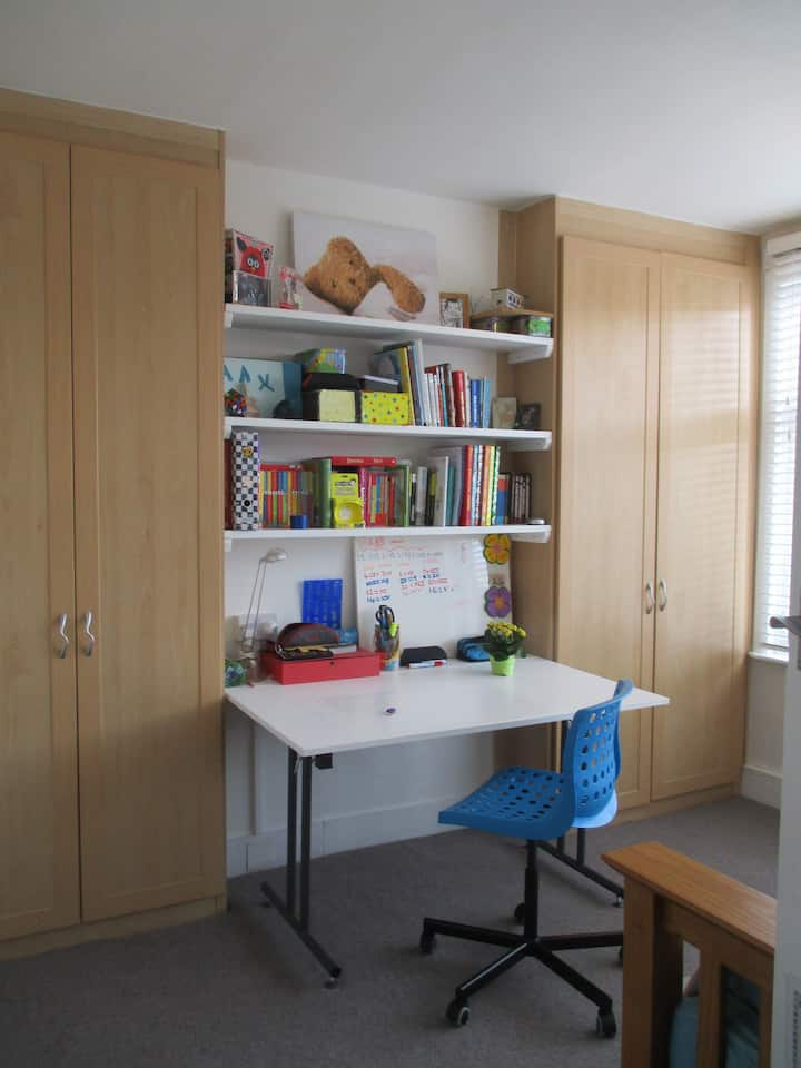 Spacious bedroom, 35min to the city centre