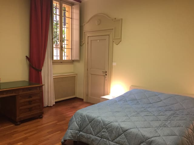Stanza da letto con finestra su interno