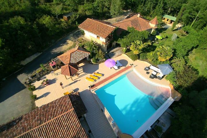 Twee huizen op een prachtig park met ruim zwembad en uitzicht.