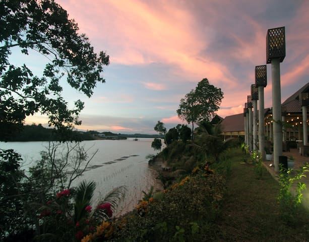 A Hilltop Hotel with Bay & Sea View - Sangkulirang - Bed & Breakfast