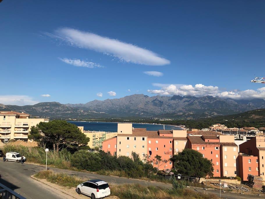 Vue de la terrasse couverte sur la baie de Calvi et les montagnes