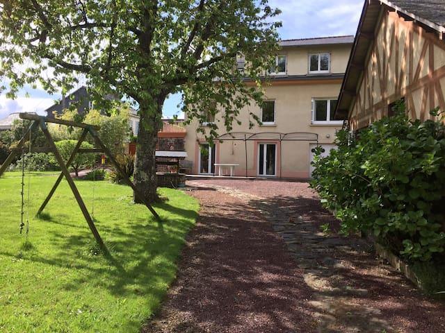 La maison vue du jardin, la fenêtre de votre chambre, la grande à droite au 1er étage