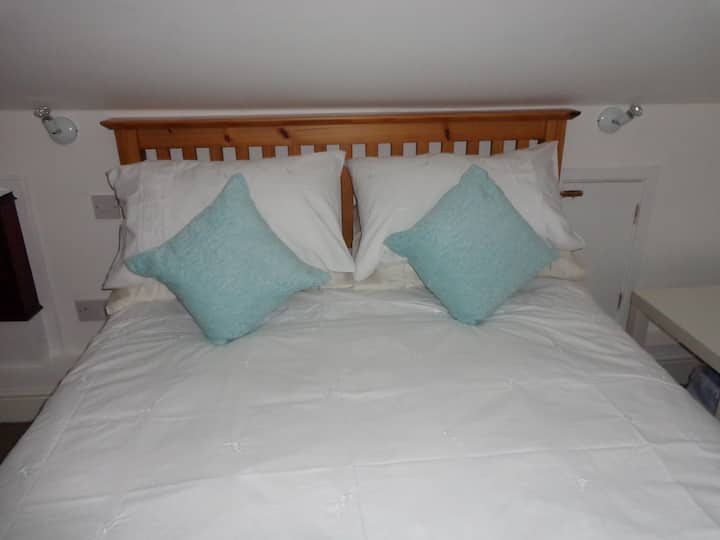 Cromer: cosy & comfy flat with sea & church views
