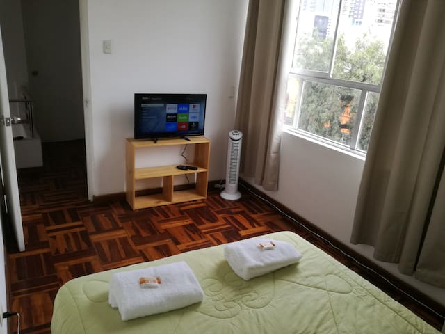 Private room w/ street view in Miraflores Netflix