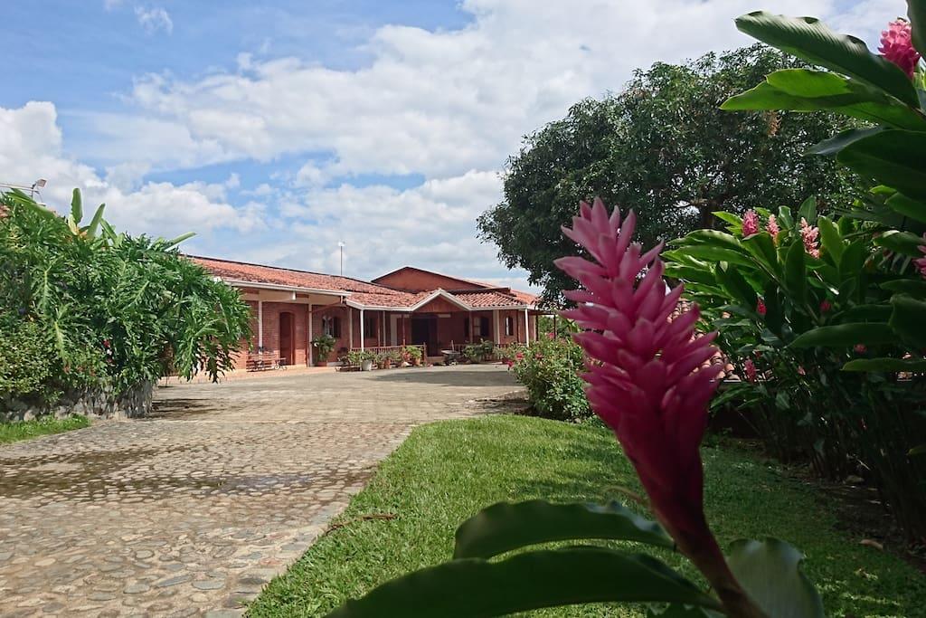 Casa de la sierra finca campestre en el cerrito hotels for Piscinas portatiles colombia