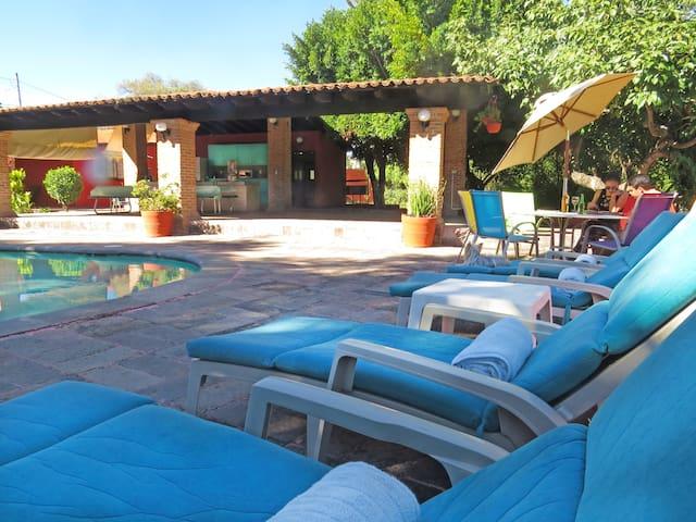 Relajate y disfruta del clima soleado de Ixtapan. / Enjoy Ixtapan's lovely weather by the poolside.