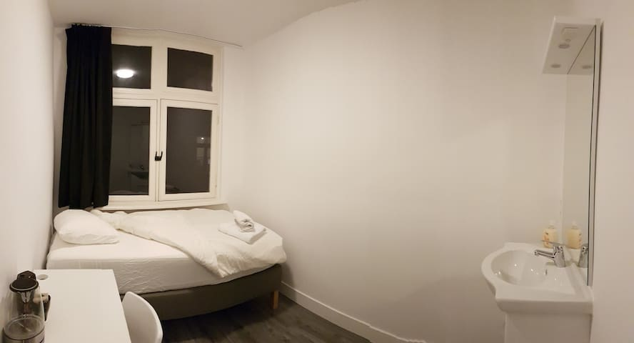 Room 3 close to Vondelpark in the centre (2nd fl)