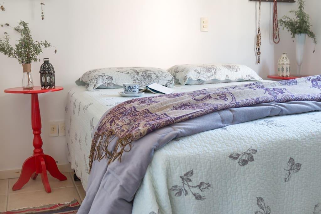 Suíte- - quarto 1 com cama de casal, armários e ar condicionado.