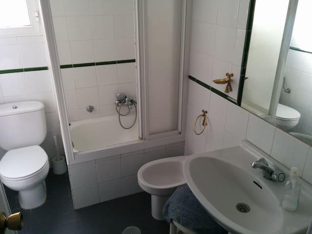 Baño, incluye útiles de aseo y secador. Media bañera ideal para niños.