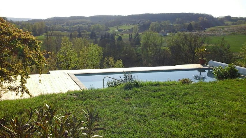 Grand studio, environné de verdure. - Saint-Caprais-de-Lerm - บ้าน
