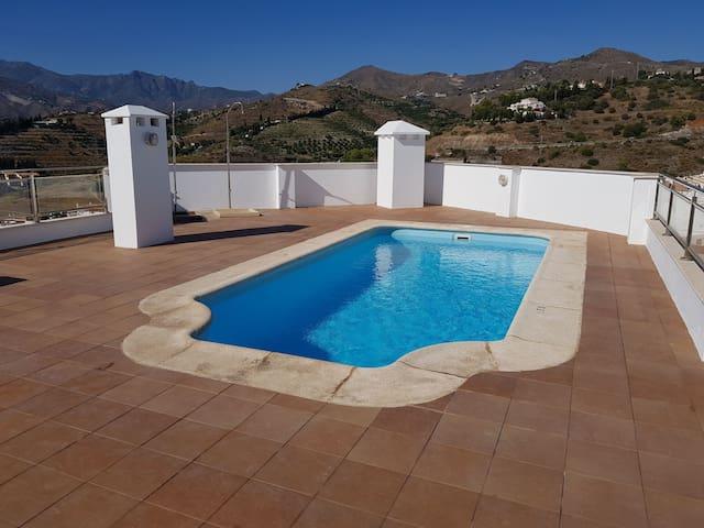 Bonita habitación. con piscina y terraza.