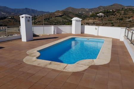 Habitación privada. Cama de matrimonio y piscina!