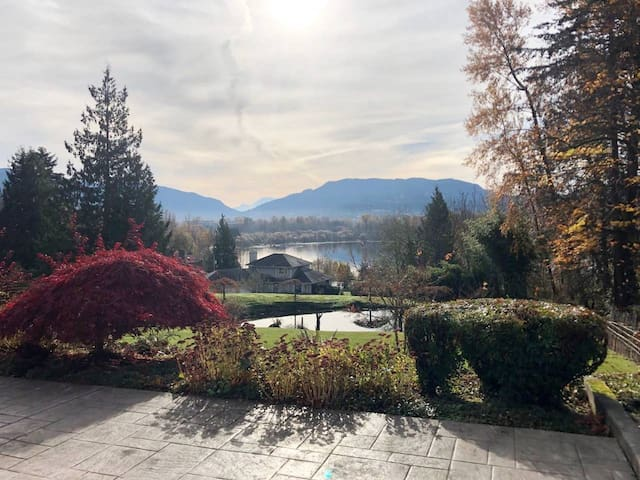 Luxury 4,400 SF villa with amazing lake/mountain/yard view! Close to I-90