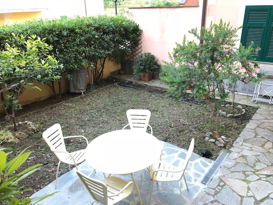 Giardino privato con tavolino