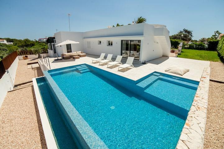 Villa de lujo con acceso privado a la playa.