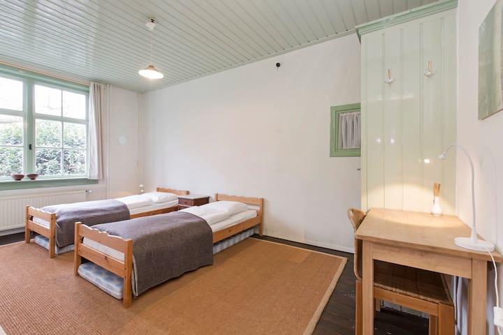 Ruime slaapkamer aangrenzend aan woonkamer