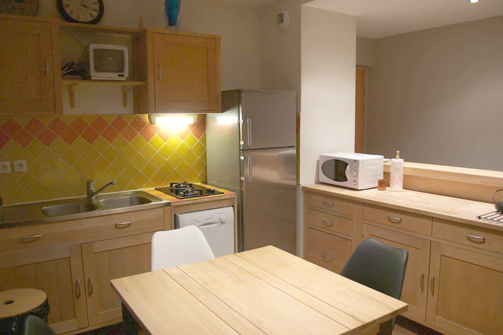 Cuisine équipée avec lave-vaisselle, four, micro-ondes, machine à café, frigo