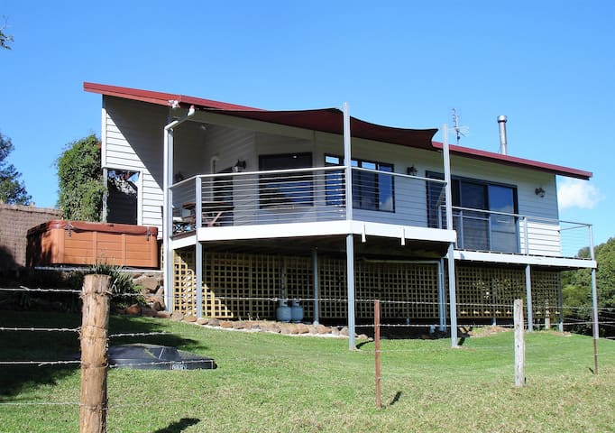 Maleny cottage with panoramic views and Jacuzzi