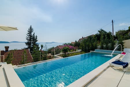 Villa Orlando - 5 Bedroom Villa w/ Pool & Sea View - Plat