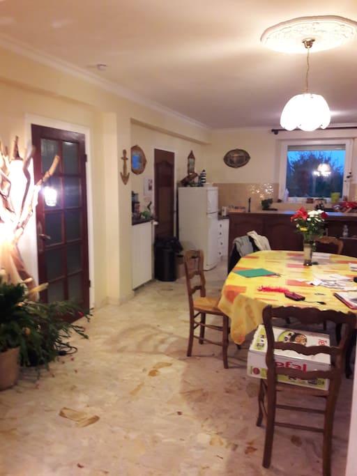 salle à manger spacieuse avec cuisine attenante