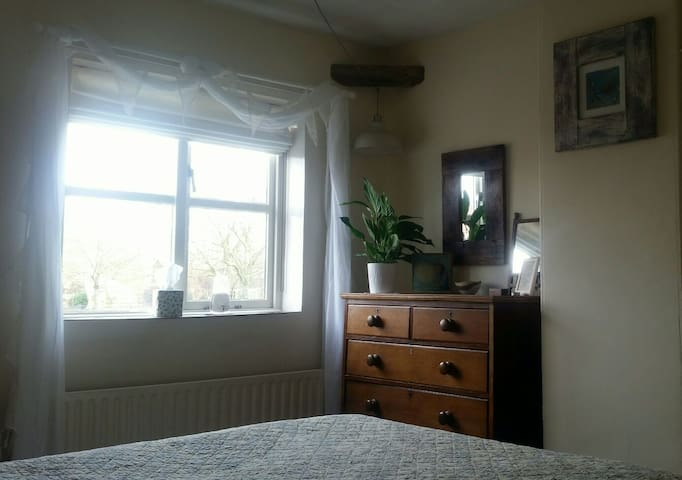 Spacious Double Room in terraced cottage