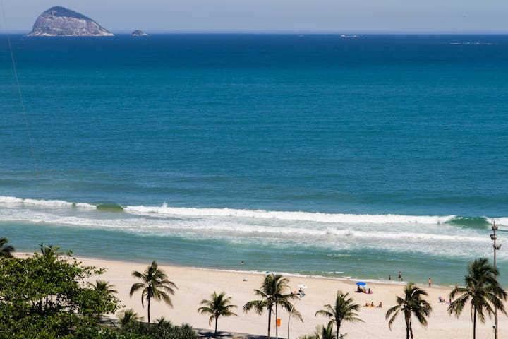 The apt is beachfront (30 meters from this pristine beach). And, if you want to go to Ipanema, it is just a 10 minute drive if you choose to take the spectacular coastal avenue. You can even take the stunning bike lane running along the coast.