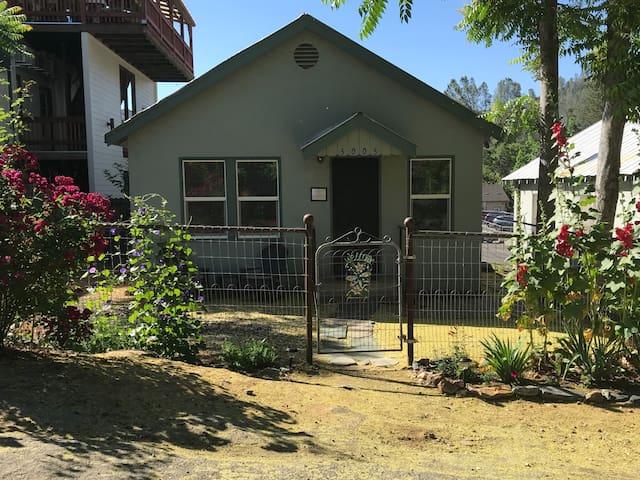 Vicki's Little Cottage A