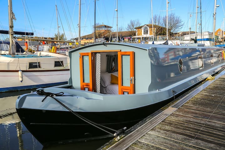 Sparkling clean 2 bedroom boat in Liverpool Marina