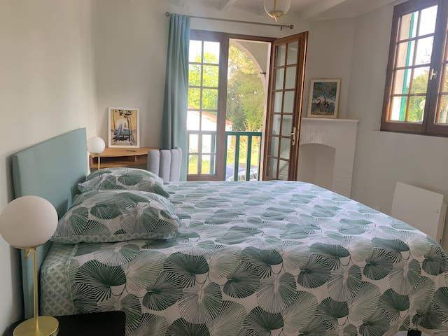 Chambre verte , avec lit Queen size , un balcon