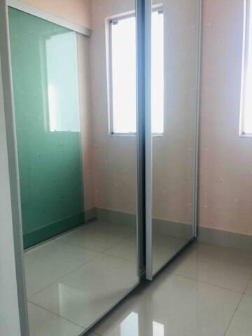 Quarto 1- suíte com closet   Closet com armários espelhados e muito espaço! Ótima luminosidade!