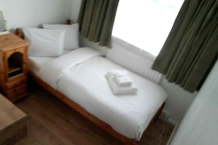 unassuming small single room - Crawley - House