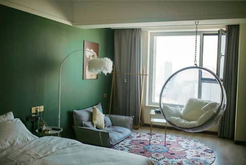 随喜•Room1 Stay 万达广场 河景景观房 玻璃吊椅