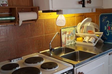Stuga och bo i ekarnas lund - Zomerhuis/Cottage
