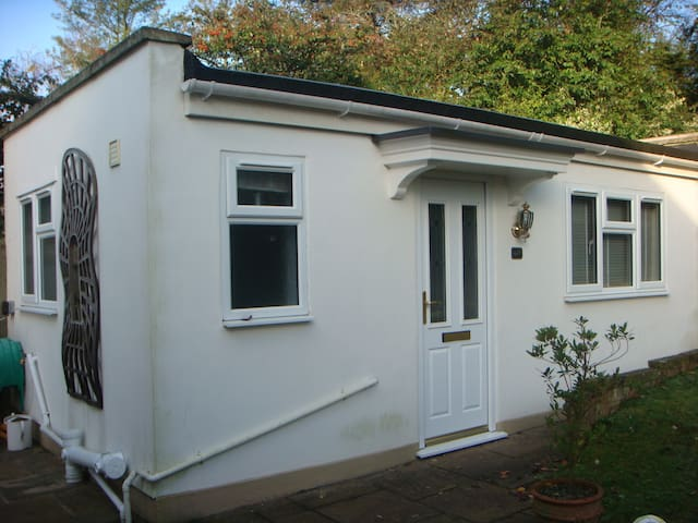 Studio 12 minute walk Banstead Station & Parking - Banstead - Annat