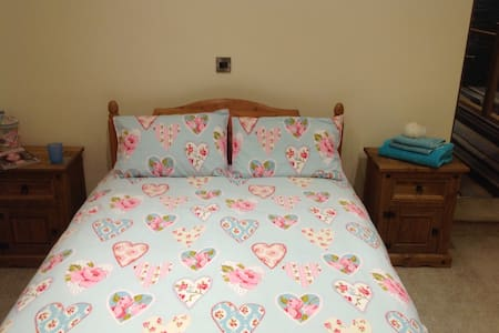 Double bed/bathroom/parking - Cliviger