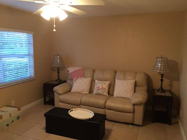 BEST DELRAY LOCATION PRIVATE ONE BEDROOM APT