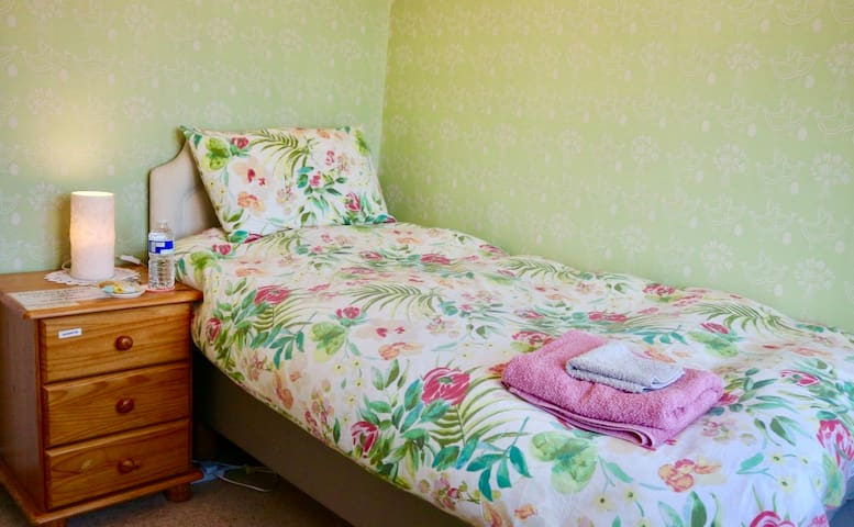 Quiet room, family home, close to airport