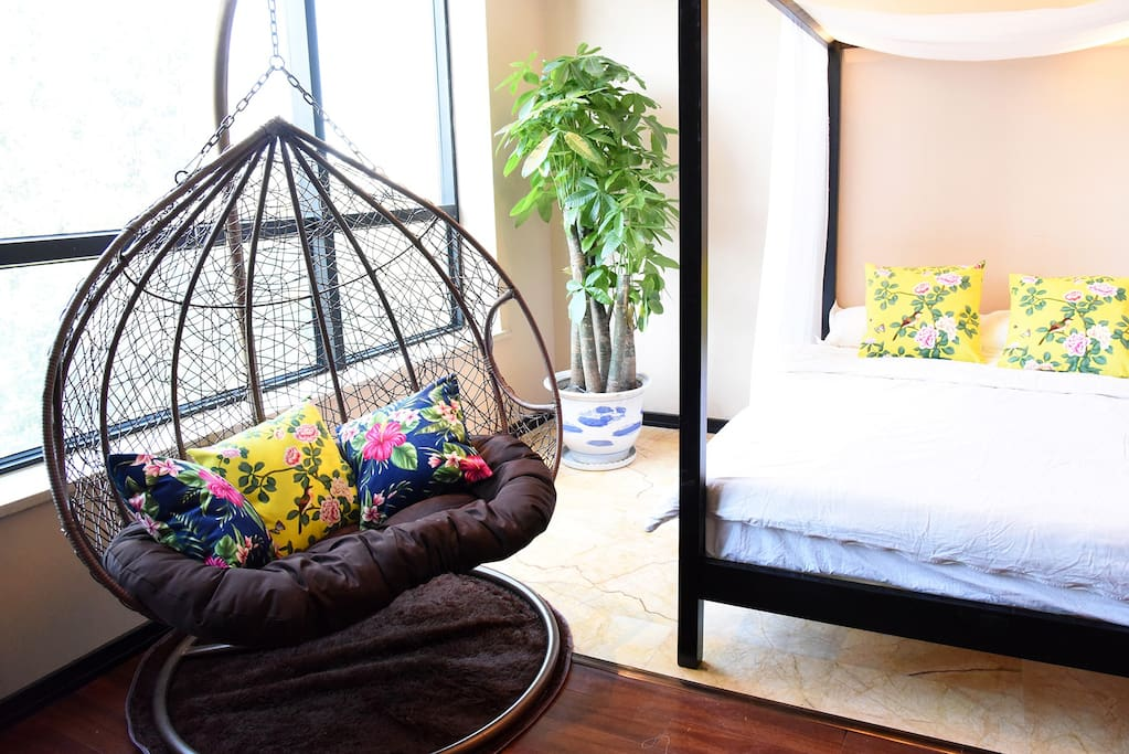 客厅,双人吊椅加一张双人架子床