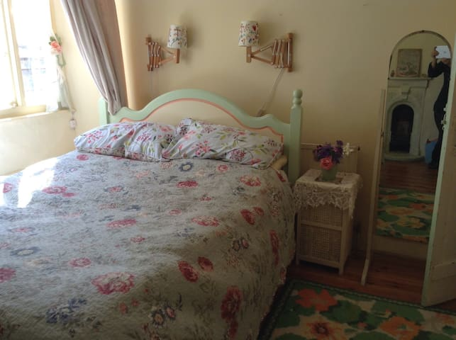 Pretty Double Room in Cosy Cottage