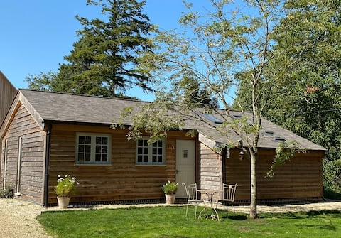 Cosy Cotswolds Wooden Clad Lodge for 4